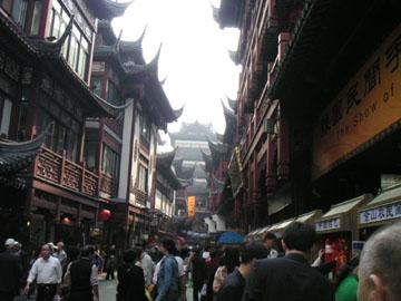 豫園という観光地。外国人と地方の中国人ばっかり