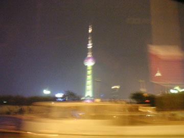 上海のランドマーク、TV塔。走行中の撮影でブレブレ