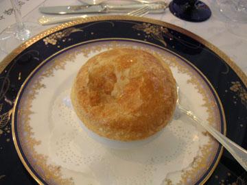 パイ包みスープ。凹んでるのは撮影を忘れそうになった証拠(笑)