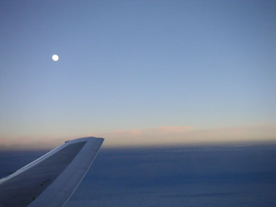 夕暮れなので、月が見えますよ
