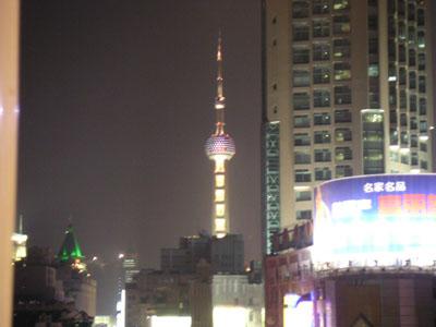 店の窓から上海タワーが