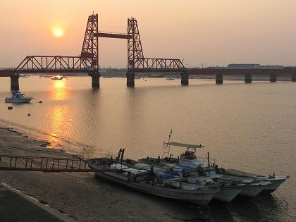 昇開橋の夕日と漁船(大川市)