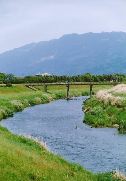 初夏の巨瀬川と耳納連山(久留米...