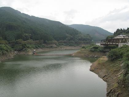 日向神ダム湖鶴橋から上流を見る
