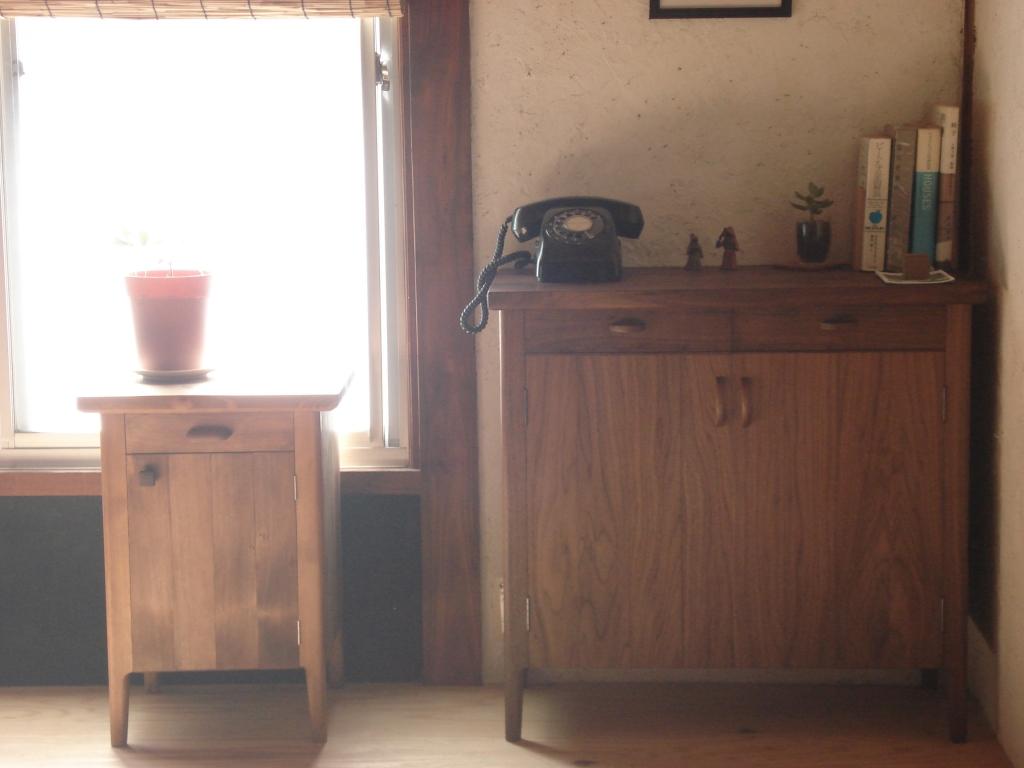 キャビネットと電話台