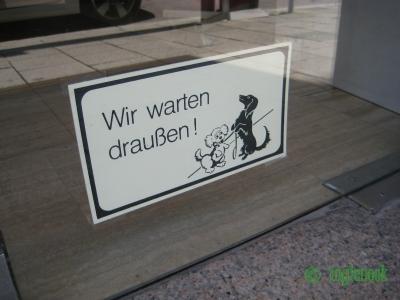 ドイツの看板 犬 Wir warten draußen