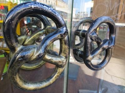ウィーンのビルのドアの取っ手 プレッツェル