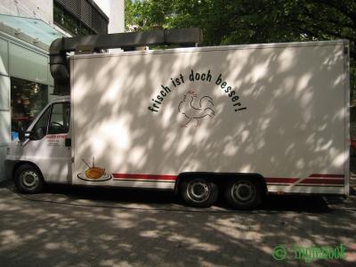 ドイツの鶏肉店のトラック 鶏が鶏肉を宣伝