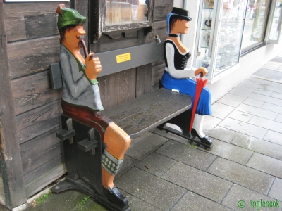 バイエルンの民族衣装を着た男女のベンチ ガルミッシュ・パルテンキルヒェン