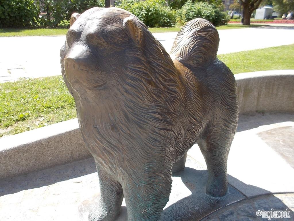 チャウチャウ犬 銅像 ラトビア リガ 国立オペラ劇場 公園 リガ市長夫妻