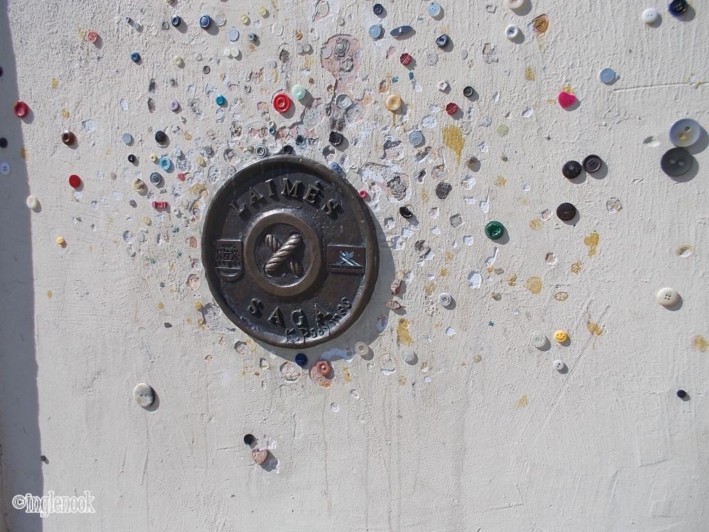 煙突掃除夫の像 クライペダ 旧市街 壁 ボタン