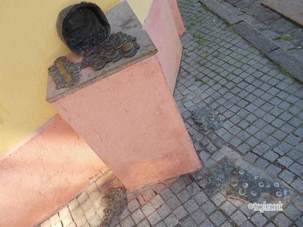 クライペダ 旧市街 お金とつぼ 彫像