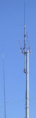 HF釣り竿アンテナ(左)と、V/UHFアンテナ(右)
