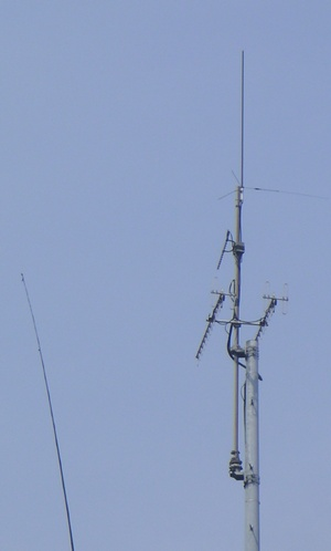 右が1200と430の八木、50/144/430のGP。 左が風でしなっている1.9〜28用釣り竿アンテナ・コンテスト中に竿を取り替えて少し長くしました。