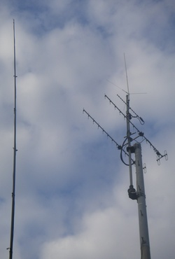 釣り竿ホイップアンテナと、V/UHFのアンテナ (釣り竿一本で参加です)