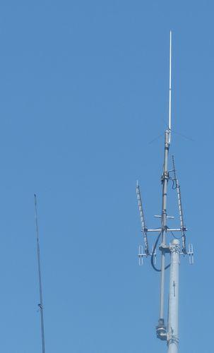 左がHF用釣竿アンテナ、右がV/UHFの電柱アンテナ