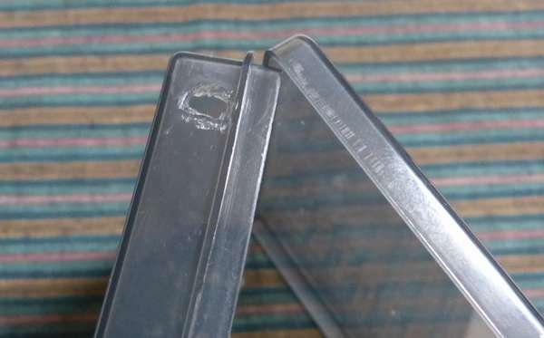 百均で購入したケースに半田鏝を当て、熱で電線貫通穴を・・