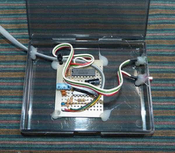 穿孔完了したケースにパーツをホットメルト接着剤で固定