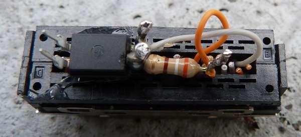 フォトカプラをホットメルト接着剤で固定して配線
