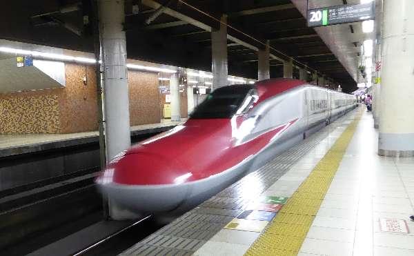 新幹線はやぶさ乗車、写真は連結されているこまち・入線時の写真なのでボケてます