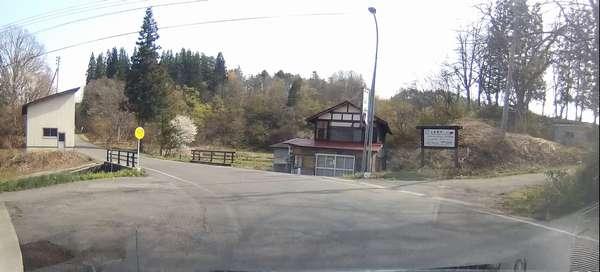 石割桜への道入り口、この右の小道です