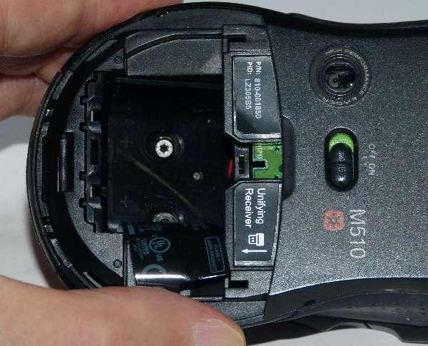 ネジは電池ケースのフィルムの下 特殊ネジですがメガネドライバーで外しました
