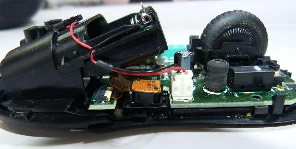 蓋を外したら、電池のコネクタ(白)と、光学センサーを外します