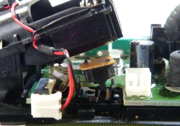 電池コネクタ、光学センサーを外した所