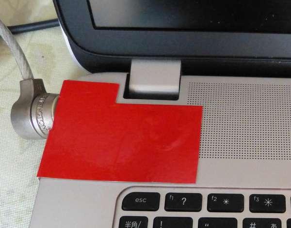 ディスプレイを閉めれば良いのですが、曰く東京製のパソコンヒンジにガタが来ています。