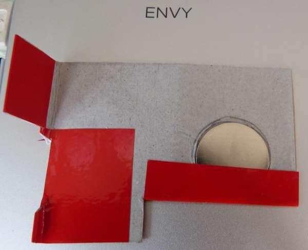 赤いテープで隠してますが、中にはネオジウム磁石(20φ,1mm厚)