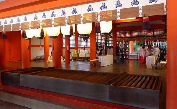 厳島神社では結婚式をしてました