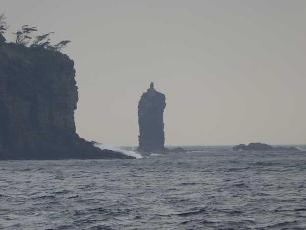 ローソク島 波浪で観光船出港出来ず、遊歩道から撮影