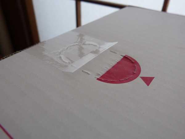 ヨドバシ・ドット・コムで購入したのですが、片側だけ梱包テープの端を折り返してあります
