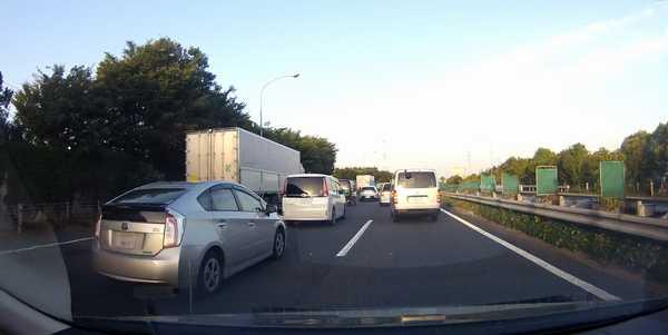 追い越し車線走行中に前車急ブレーキそして左に避けてます