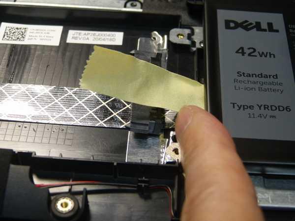 SATAコネクタを仮止めしているマスクーキングテープはバッテリの下まで・・