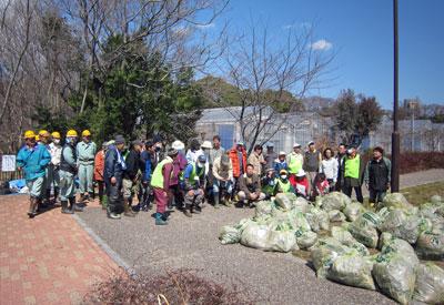 猫ヨシ原再生・ゴミ拾い 集めたゴミの前で記念撮影17年3月11日
