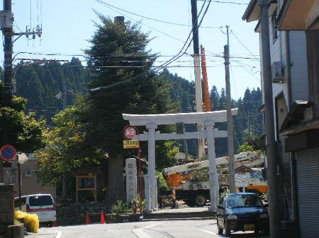 諏訪神社鳥居脇もみの木へ落雷(クレーンで撤去作業中)