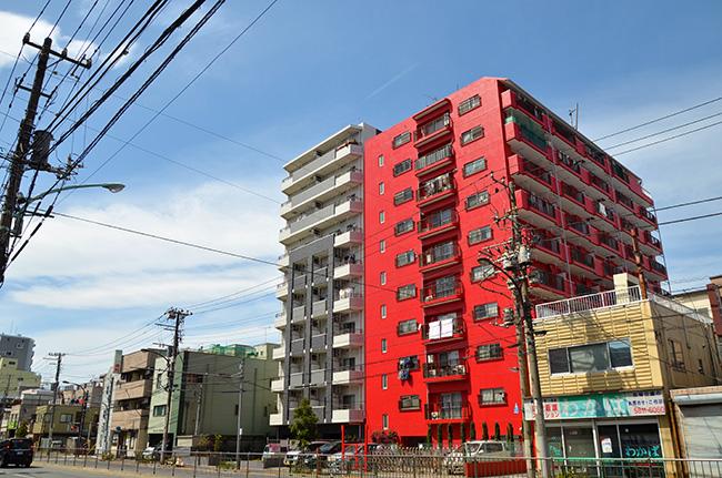 泪橋の赤いビル