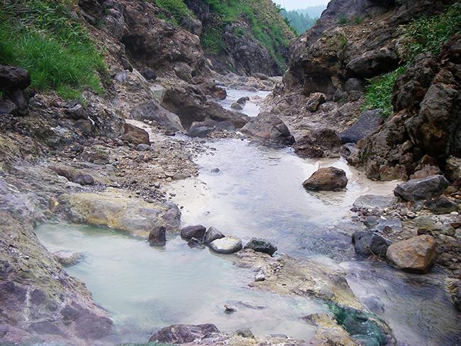 香草温泉の湯船より下方を見る