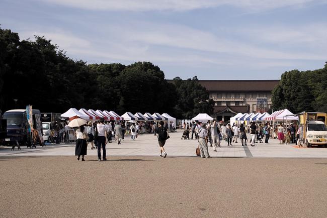 コモゴモ展の会場/上野公演噴水前広場