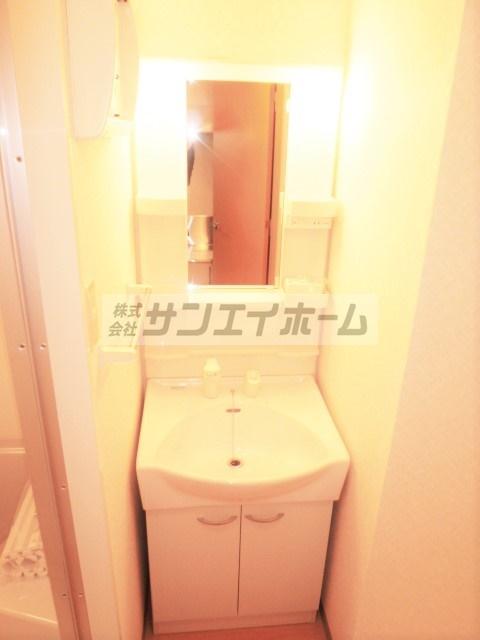 明るくて綺麗な独立洗面台♪バストイレも別でとっても住みやすい!