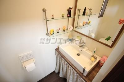 洗面所、と思いきや、トイレなんです!独立洗面所は別にありますよ♪小物がかわいい!
