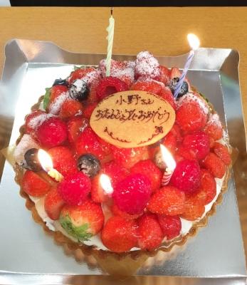 お誕生日ケーキ!豪華なイチゴタルトです〜♪おめでとう!