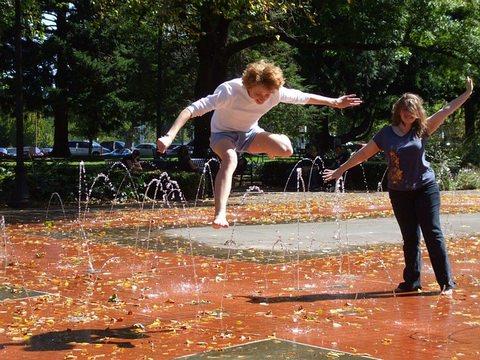 噴水で遊ぶ女性たち