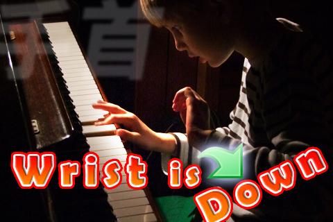 ピアノを弾くとき手首が下がる