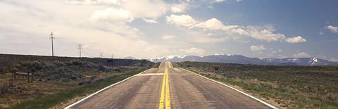 真っ直ぐ伸びる道の写真