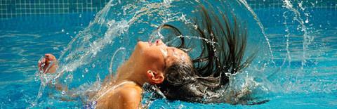 水面で大きな息継ぎをする写真