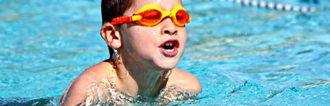 水泳で自然な息継ぎをする少年