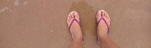 砂浜に立つ足元の写真