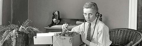 通信機を使う少年の写真